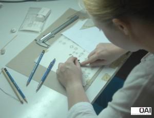 Die Mitarbeitering Sarah X. beim Zeichnen /